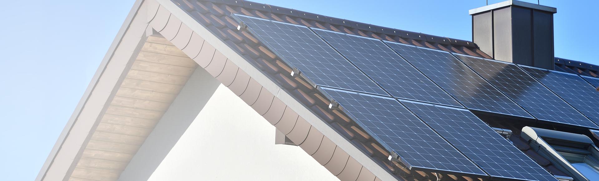 headerbild dach mit solarplatten